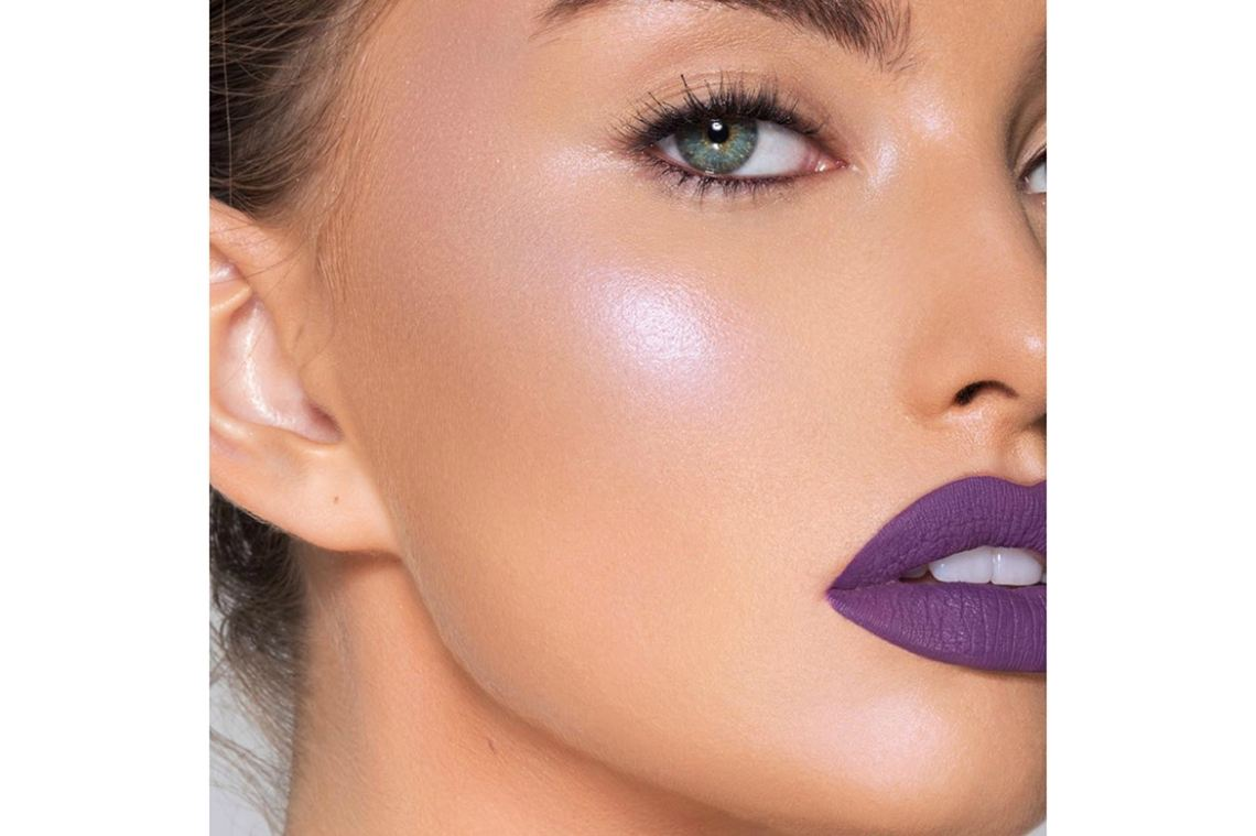 http_bae.hypebeast.comfiles201710kylie-jenner-cosmetics-wisteria-loose-powder-highlighter-1